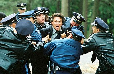 Sobre Meninos e Lobos, cena com Sean Penn