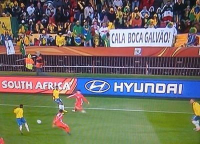 Faixa Cala Boca Galvao durante Brasil 2x1 Coreia do Norte