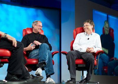 Gênios da raça cibernética: Steve Jobs e Bill Gates entrevistados por Walter Mossberg e Kara Swisher na conferência 'D5: All Things Digital', no Silicon Valley, em 2007