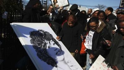 Fãs e um desenho de Whitney Houston nas proximidades da Igreja Batista New Hope