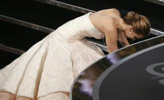 Jennifer Lawrence levou um grande tombo na hora de receber seu Oscar
