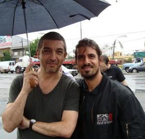 O ator argentino Ricardo Darin (de guarda-chuva) e Miguel Eugenio Alvarez Borquez, do BBB13