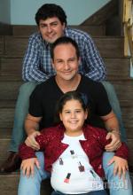 Ana Karolina e os pais Fábio Lopes e João Paulo Afonso, em foto da revista Contigo