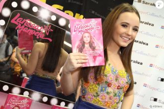Larissa Manoela e seu livro
