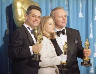 Jonathan Demme (melhor diretor), Jodie Foster (atriz) e Anthony Hopkins (ator) ganharam o Oscar por O Silêncio dos Inocentes