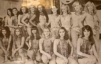 Band, 1980:  Suzy Becker, Cláudia Paraguaia, Lia Hollywood, Índia Amazonense, Áurea Figueiredo, Daisy Cristal, Rita Cassino e Cristina Onassis (em cima). Chininha Seleção, Rita Cadillac, Fatima Boa Viagem, Estrela Dalva, Leda Zepellin e Ana Maria (embaixo).