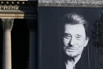 Cartaz de Hallyday exibido na fachada da Madeleine em 09.12.2017 (Foto: Pascal Rossignol/Reuters)