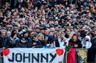 Multidão homenageia Hallyday