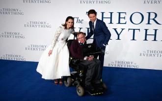 Felicity Jones e Eddie Redmayne e o cientista na estreia do filme (2014)